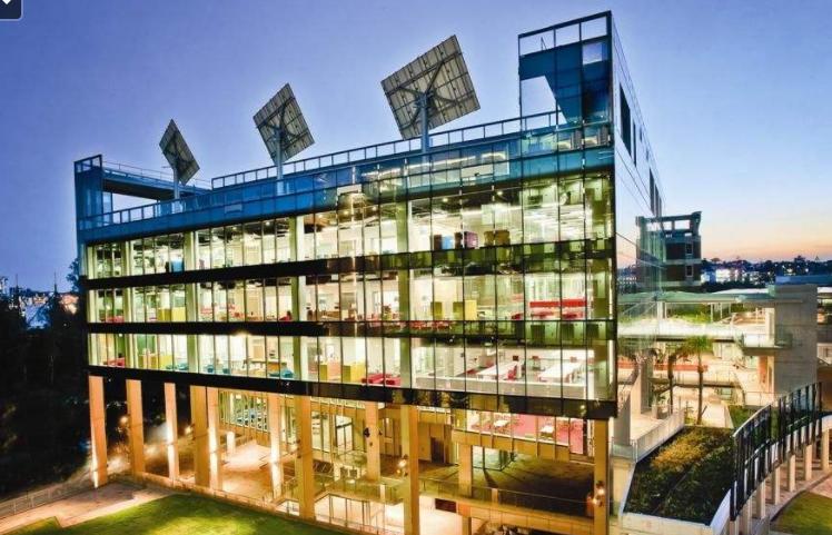 中央昆士兰大学 logo