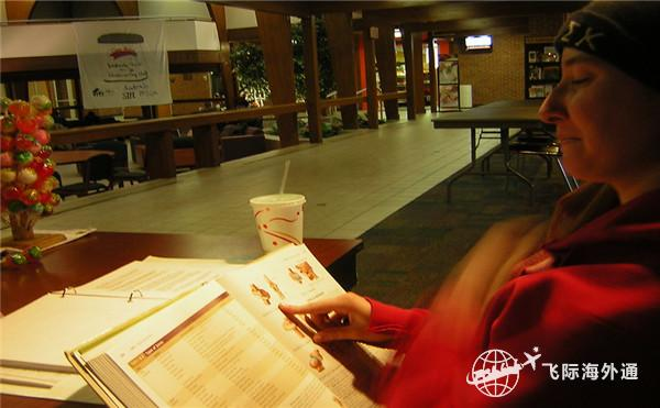 正在看书的女士