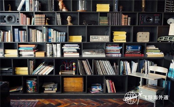 书架整齐的书