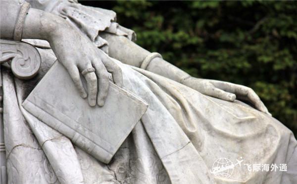 雕塑手拿一个本子