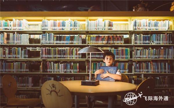 一个男孩抱着一本书
