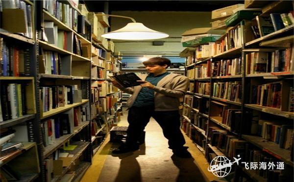 图书馆正在看书的男士