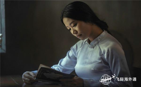 正在看书的女生