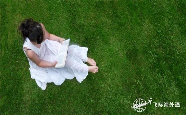 穿白裙子的女生在看书