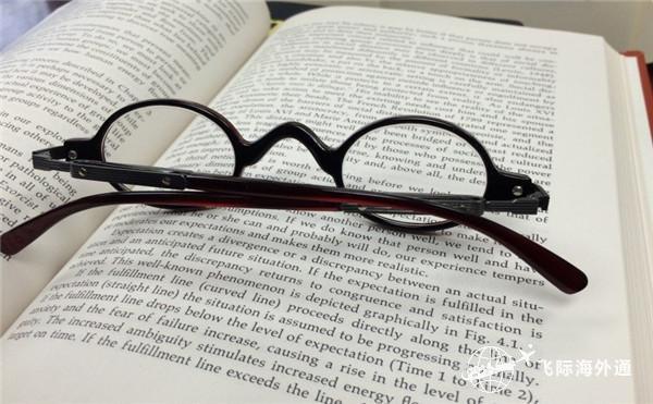 一本书一个眼镜