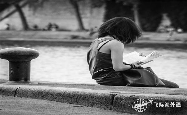 街头看书的女孩