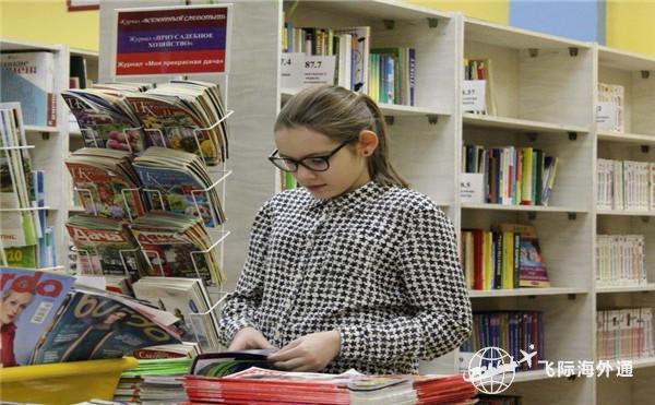 一个女生正在看书