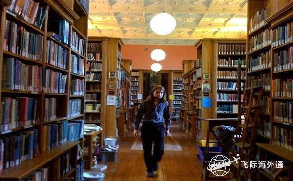 一个女生在图书馆