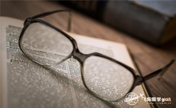 一本书和眼镜