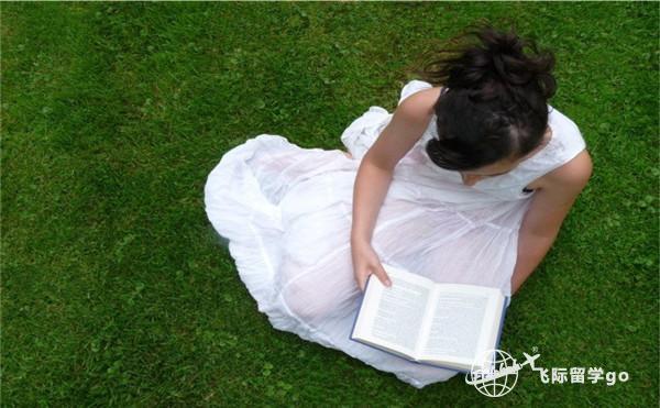 在草坪上看书