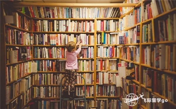 小女孩拿书